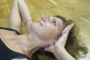 Cyber-Stress Nackenprobleme Pilates Übung Achtsamkeitstraining Bewusstheit Körperintegrität Verspannungen lösen