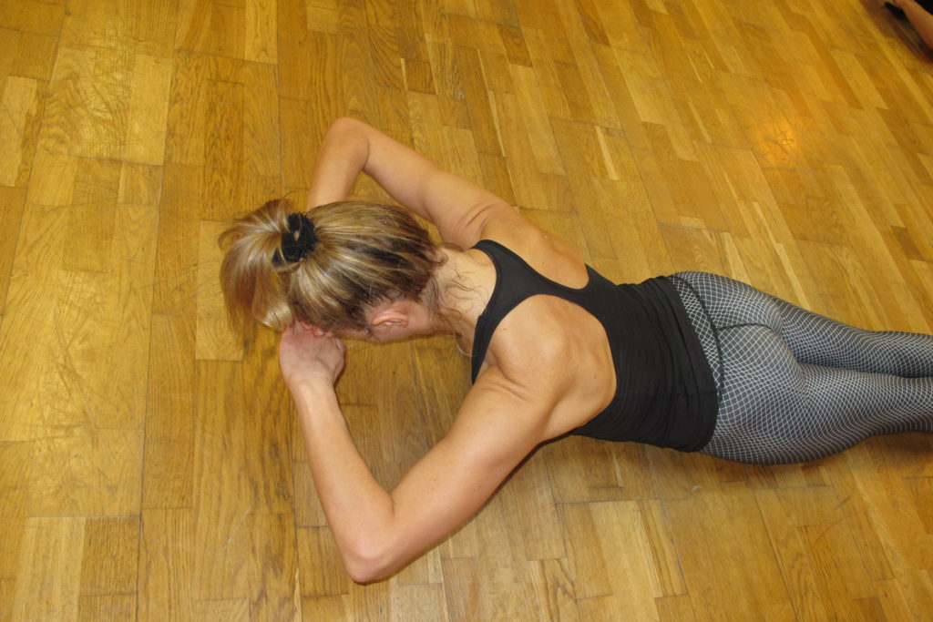 Pilates Prone Head Lift Übungsausführung Trainingsoptimierung Powerhouse Aktivierung funktionale Beckenposition Gluteus Medius Maximus Trapezius Schultergürtelstabilisatoren